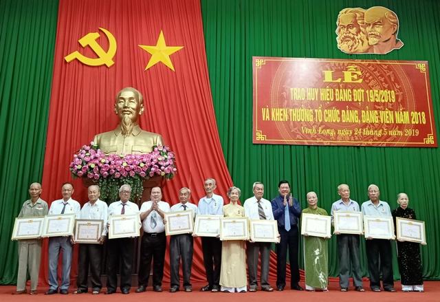 Vĩnh Long: Trao Huy hiệu Đảng và khen thưởng tổ chức đảng, đảng viên tiêu biểu